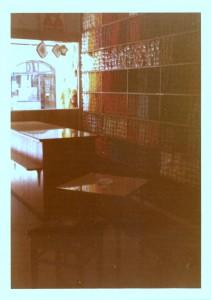 Kleiner Innenraum des alten Ladens aus den 1970ern mit Blick auf Wollregal und Ladentheke