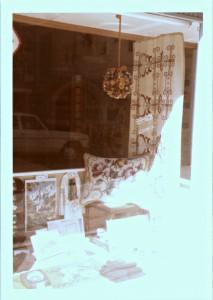 Aufnahme der Schaufenster-Dekoration aus den 1970ern vom Schaufenster des alten kleinen Ladens