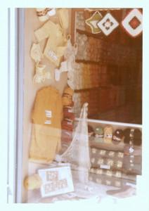 Aufnahme der Schaufenster-Dekoration aus den 1970ern mit Wolle und Strickmodellen